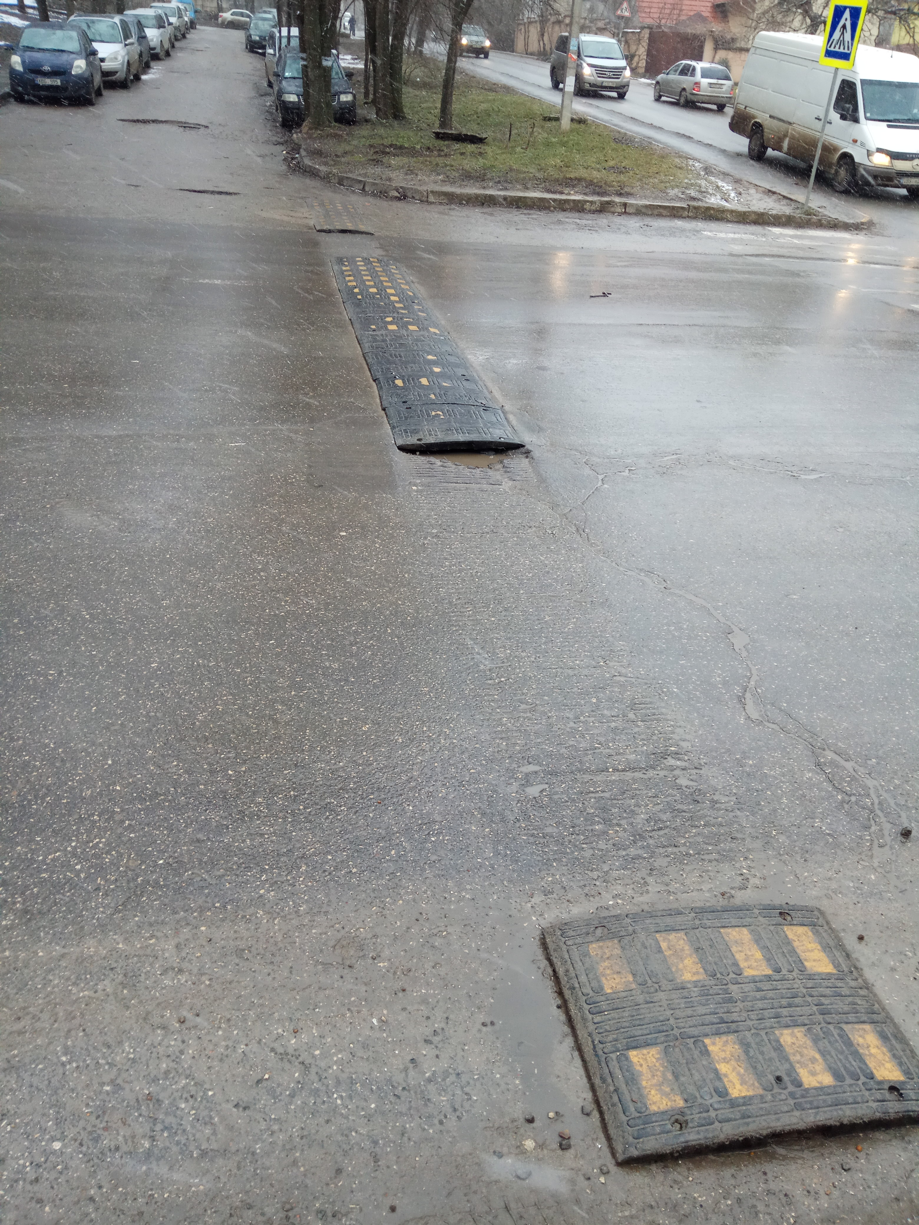 Limitator artificial de viteză defectat, instalat pe str. Gheorghe Asachi intersecție cu str. Sprîncenoaia