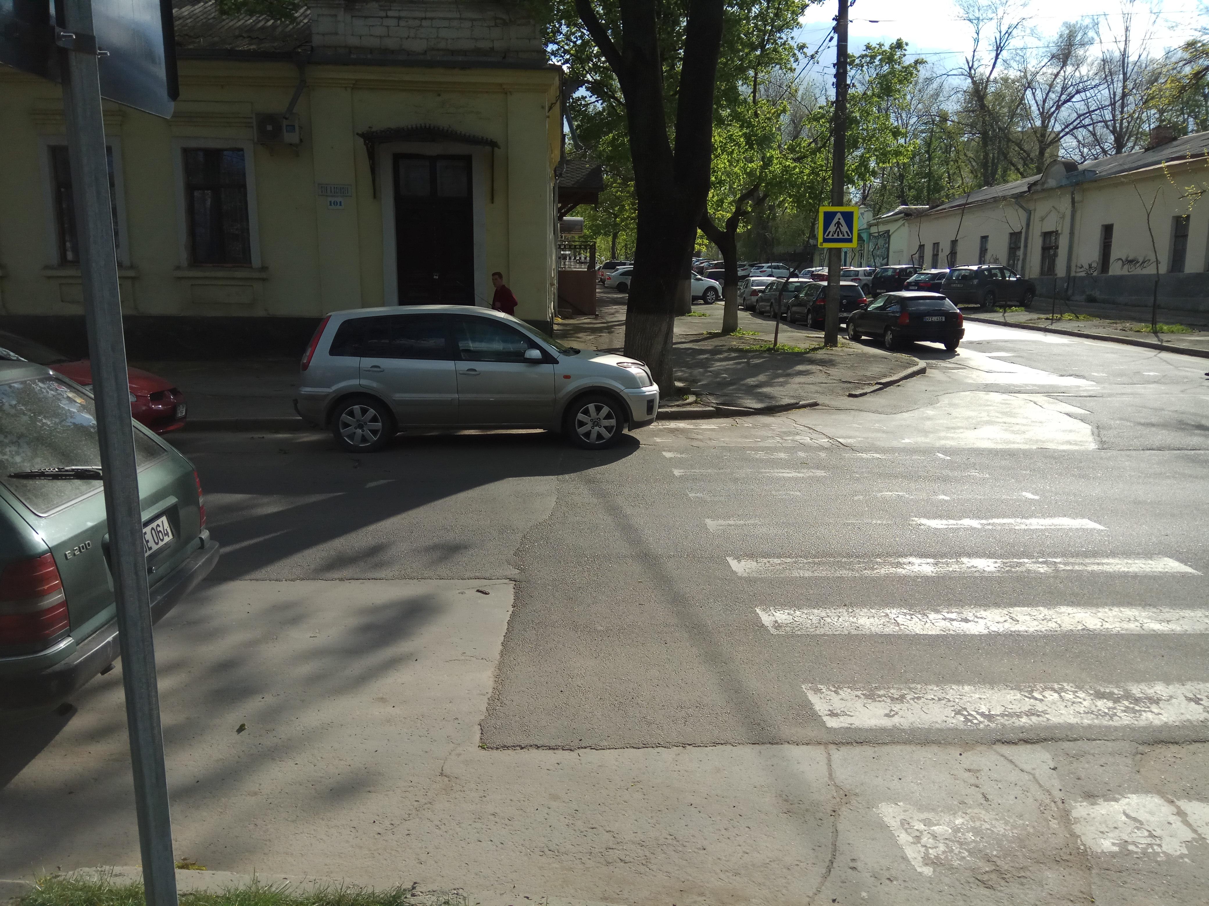 Mașină parcată cu mai puțin de 5 m distanță de trecerea pentru pietoni, fapt ce reduce din vizibilitatea pietonilor