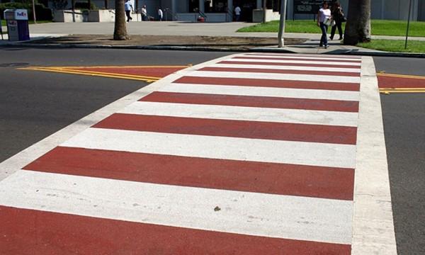 Marcaj rutier de tip scară, în combinația de culori alb și roșu, poate spori vizibilitatea trecerii. Sursa: https://carlisleiowa.org/walkability-audit-shows-promise-for-city/