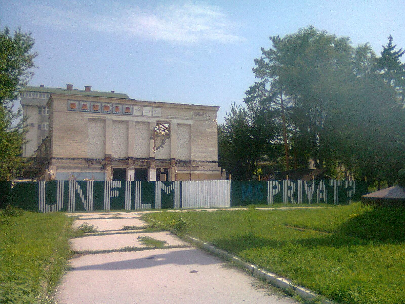 Fostul cinematograf Gaudeamus semi-demolat și înconjurat de un gard.