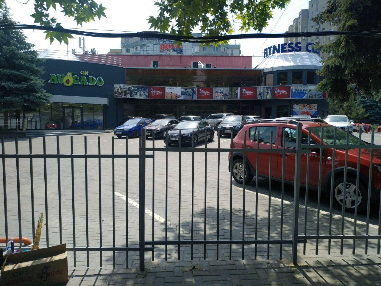 Fostul cinematograf Flacăra. Perimetrul îngrădit. Spațiul adiacent a devenit parcare pentru vip-clienții sălii de fitness.