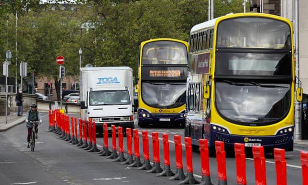 Pistă temporară pentru bicicliști în Dublin, Irlanda. Sursa: https://www.theguardian.com/world/2020/may/18/cleaner-and-greener-covid-19-prompts-worlds-cities-to-free-public-space-of-cars?