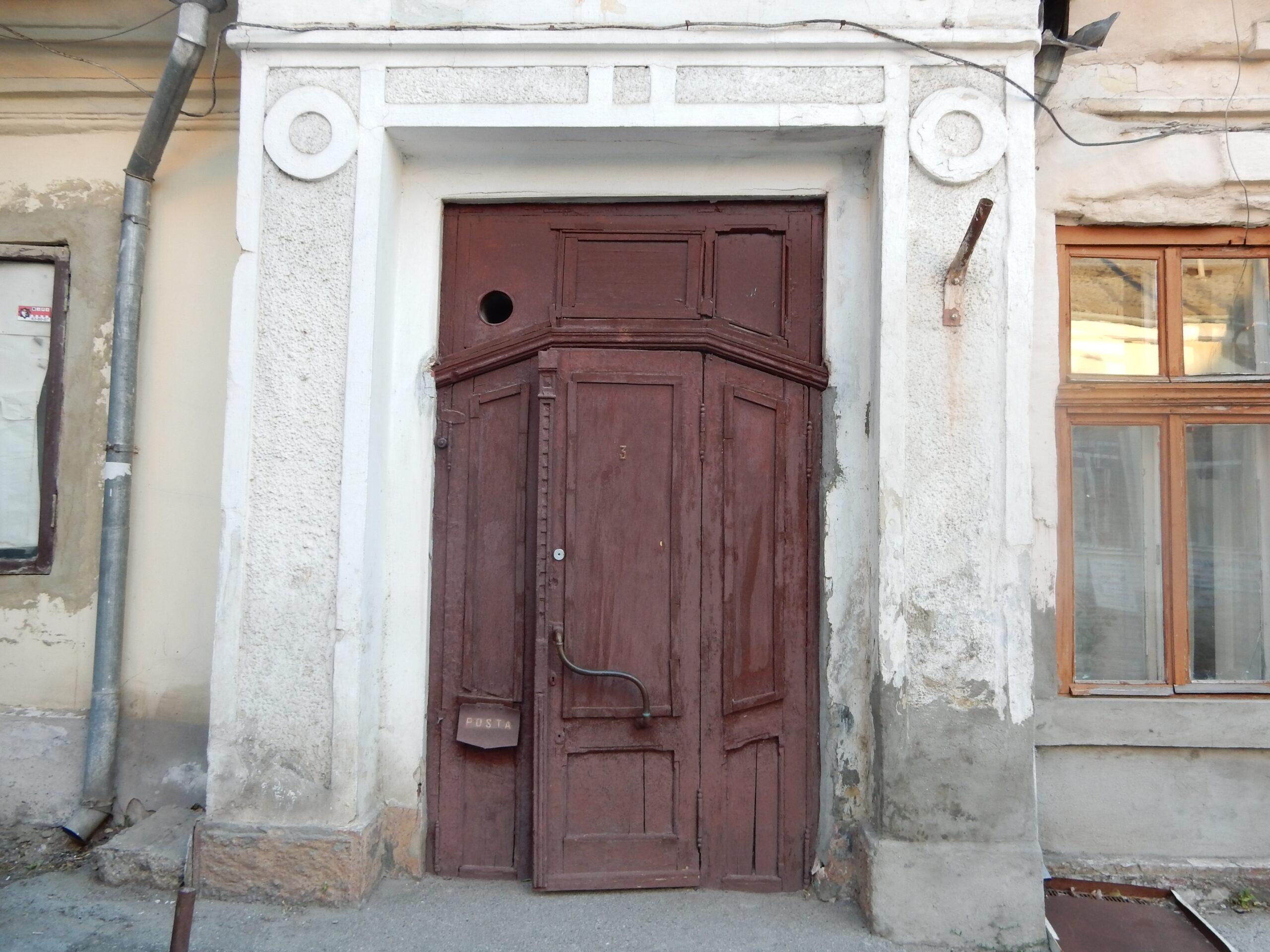 Str. Teatrală 5. Monument istoric de categorie națională. Ușa a fost recent demolată. Arhiva Anettei Dabija