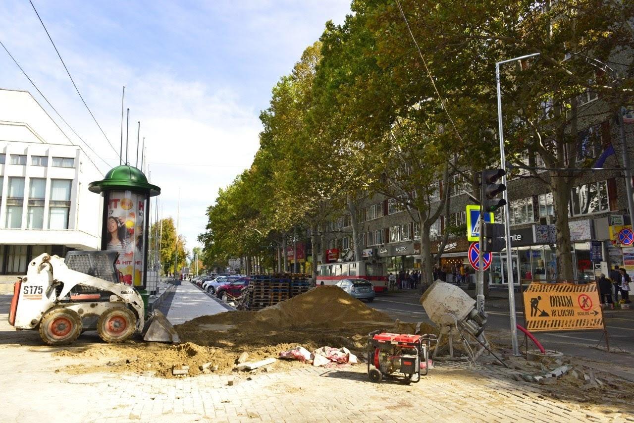 Lucrări de renovare a trotuarelor. Sursă: facebook.com/IvCeban