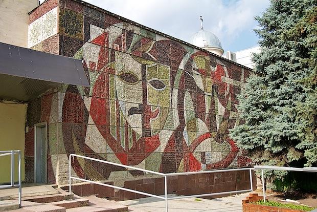 """Mozaicul care a fost demontat de pe clădirea Palatului Sindicatelor: """"Atributele artei"""", 1971, Mihai Burea. Sursa: https://locals.md/2012/kishinyovskaya-mozaika-graffiti-mssr/"""