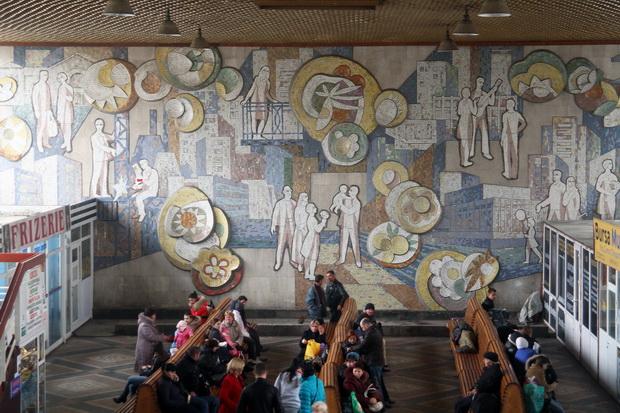 """Mozaicul de la Autogara centrală: """"Orașul înflorește și se construiește"""". Autor: Mihai Burea. Sursa: https://locals.md/2012/kishinyovskaya-mozaika-graffiti-mssr/"""