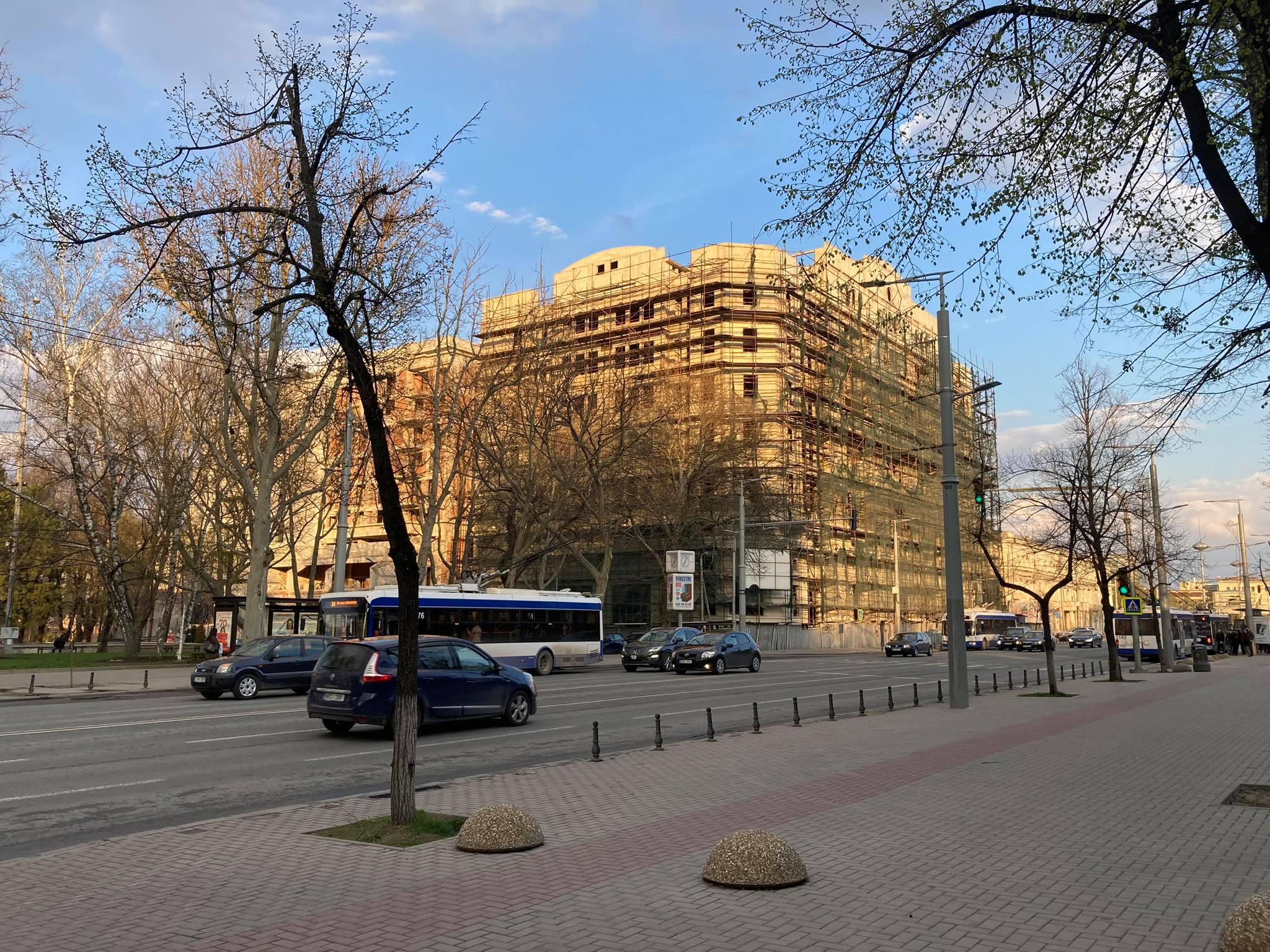 Clădire neîngrijită, vizavi de monumentul lui Ștefan cel Mare, care blochează intrarea pe str-la Teatrului. Aprilie, 2021.