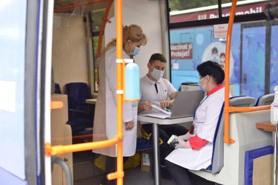 Troleibuzul și autobuzul pentru vaccinare. Sursă: facebook.com/ion.ceban.public
