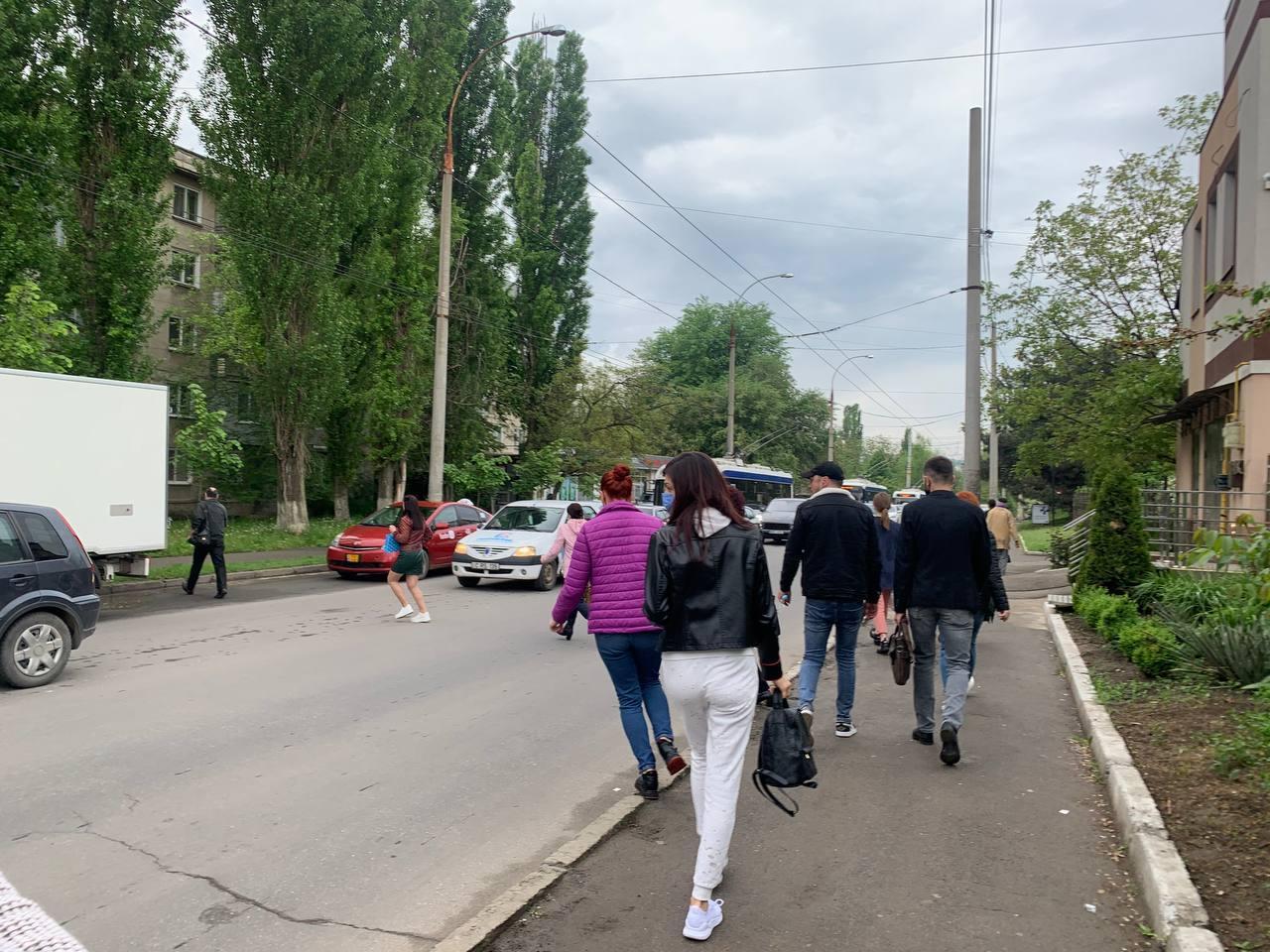 În drum spre Centru, acesta face o tură lungă până la Durlești pe strada Constituției, iar mulți pasageri preferă să coboare la intersecția cu V.Lupu și, traversând în grabă neregulamentar, să ia alt troleu D spre Centru.